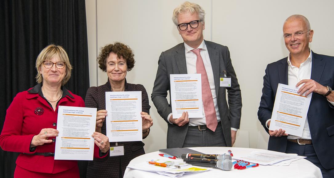 Annetje Ottow (UU),Geert ten Dam (UvA), Paul van der Wijk (Hanzehogeschool) en Jan Bogerd (HU) tonen hun ondertekende VN-verdragen Toegankelijkheid Hoger Onderwijs
