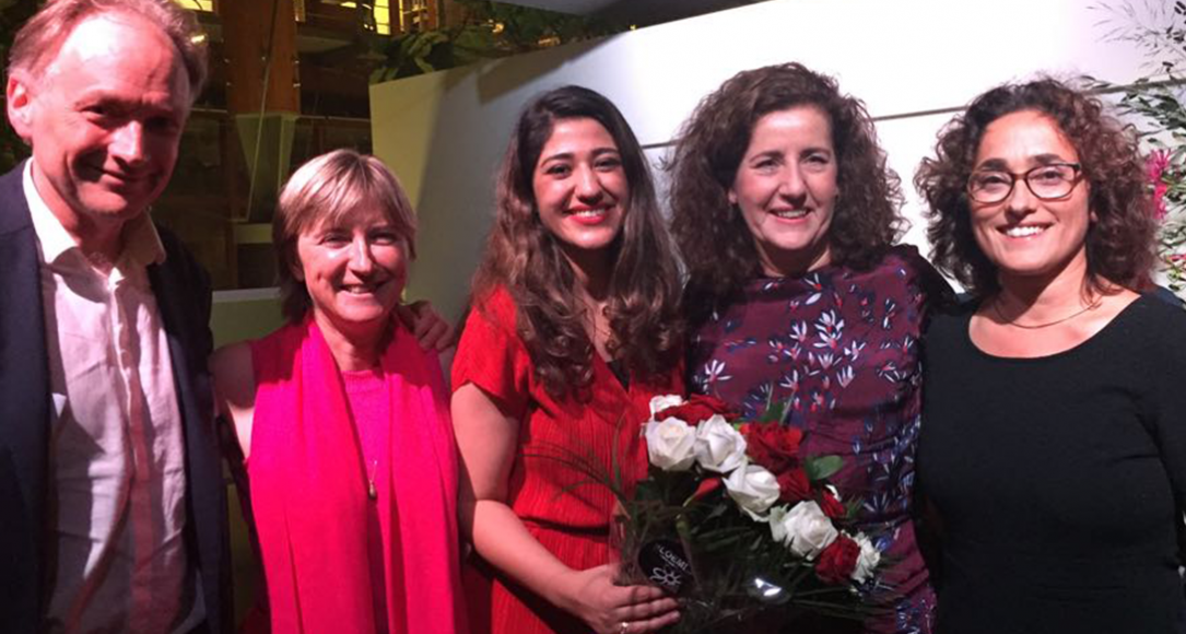 Prijswinnaar Avin Ghedri (midden) poseert met Berent Prakken, Annetje Ottow, Minister Ingrid van Engelshoven en Gönül Dilaver