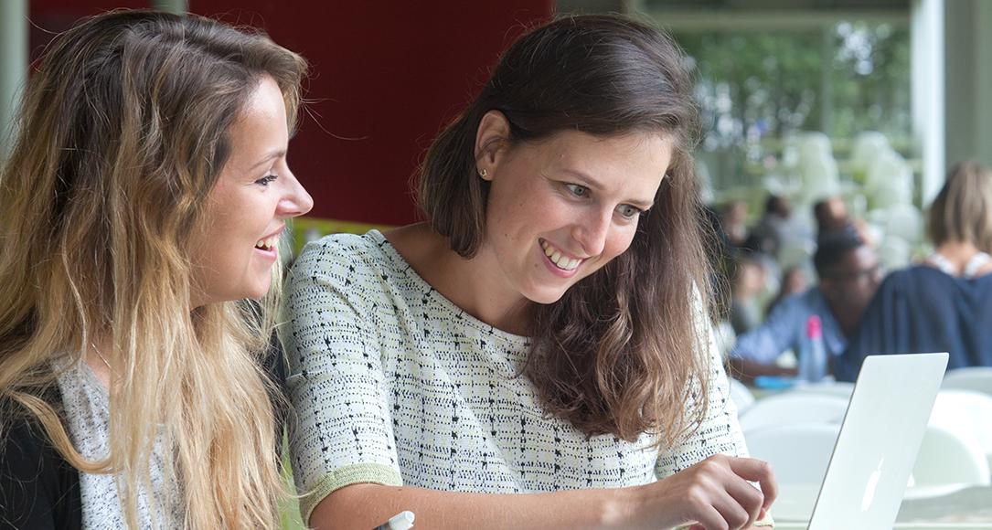 Studenten overleggen in restaurant de Kroonluchter Hijmans van den Berghgebouw