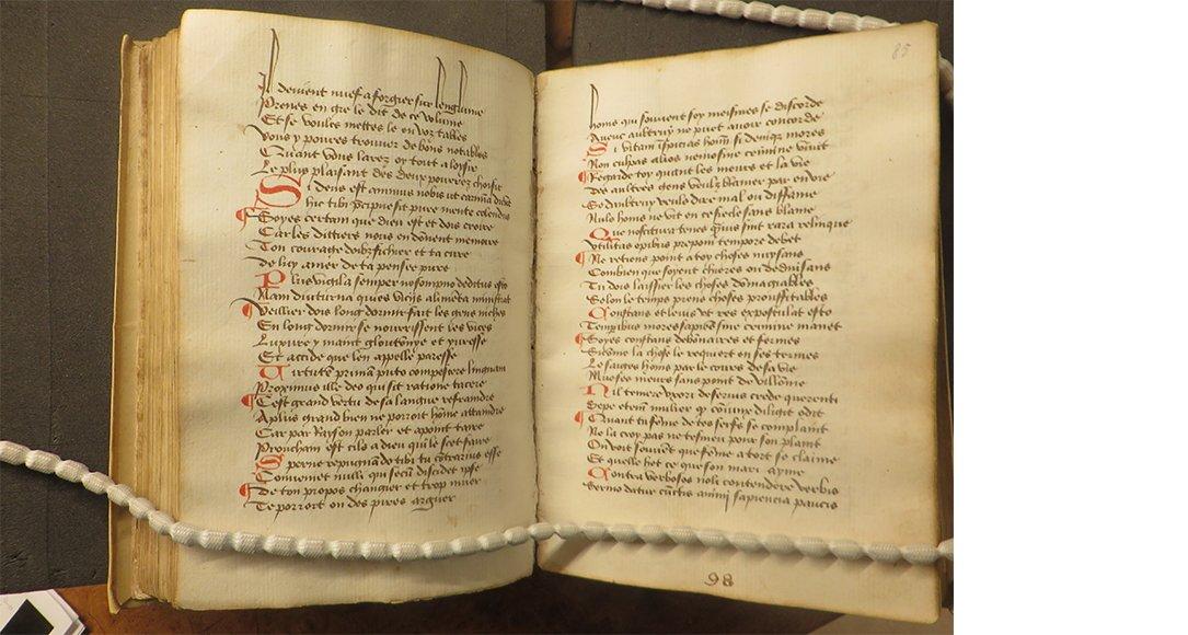 Het begin van de Dicta Catonis. Oxford, Bodleian Library, Can. misc. 278, fol. 97v-98r. De tekst opent met een tweeregelige initiaal (fol. 97v, r. 7), dictum I,2 is gekopieerd op r. 13-14. Foto auteur, by permission of the Bodleian Libraries, Oxon.