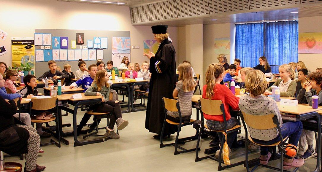 Taalkundige Marjo van Koppen op bezoek bij de Montessorischool Arcade. Foto: Femke Niehof