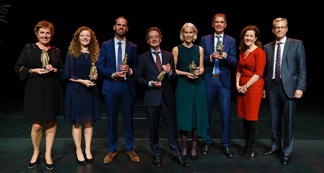Zes toponderzoekers ontvingen de NWO-Spinozapremie en de -Stevinpremie uit handen van minister van Engelshoven van Onderwijs, Cultuur en Wetenschap in de Koninklijke Schouwburg in Den Haag. © NWO, fotografie: Bram Saeys