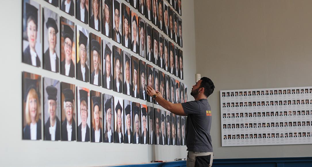 Het ophangen van de portretten van vrouwelijke hoogleraren.