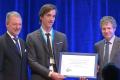 Bert Wouters (midden) ontvangt de Arne Richter Award