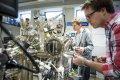 Onderzoeker Ingmar Swart, rechts, in het lab