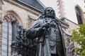 Beeld van Johann Sebastian Bach (1685-1750) voor de Thomaskirche in Leipzig © iStockphoto.com/claudiodivizia