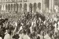 Fascistische partijen Italië 1924. Eedaflegging van trouw door Benito Mussolini en zijn 'zwarthemden' aan koning Victor Emmanuel, Domplein te Milaan. Foto: geheugenvannederland.nl