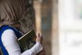 Moslima met koran.