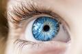 Close-up van een oog van een jong kind.