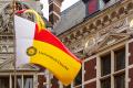 De vlag van de Universiteit Utrecht aan het Academiegebouw.
