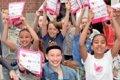 School's out, kinderen rennen de straat op om kinderpostzegels te verkopen