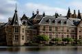 UItzicht op de gebouwen van de Tweede Kamer vanaf de Hofvijver in Den Haag, links 'het Torentje'