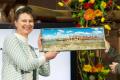 Marjan Minnesma ontvangt een kunstwerk van Marjan Oudeman.