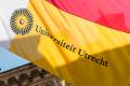 Wapperende vlag bij het Academiegebouw van de Universiteit Utrecht.