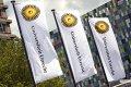 Wapperende vlaggen met het logo van de Universiteit Utrecht