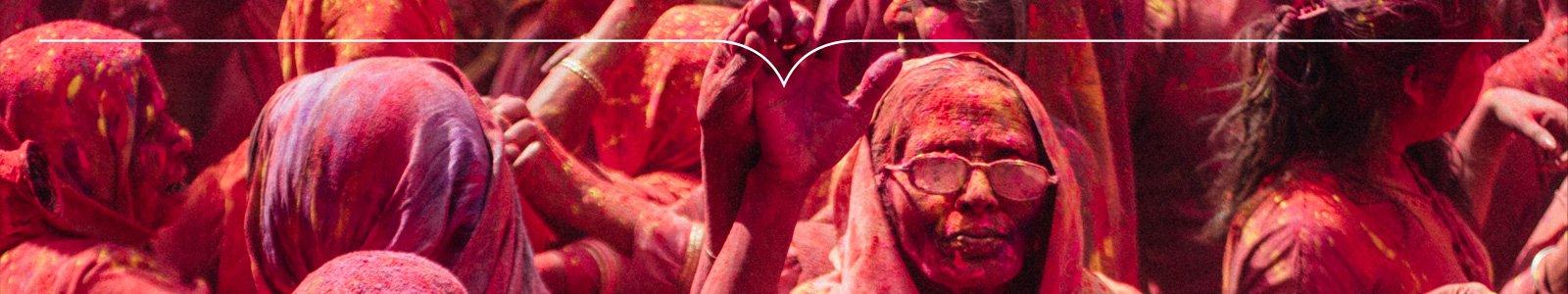 Vrouwen onder de roze verf in traditioneel ritueel