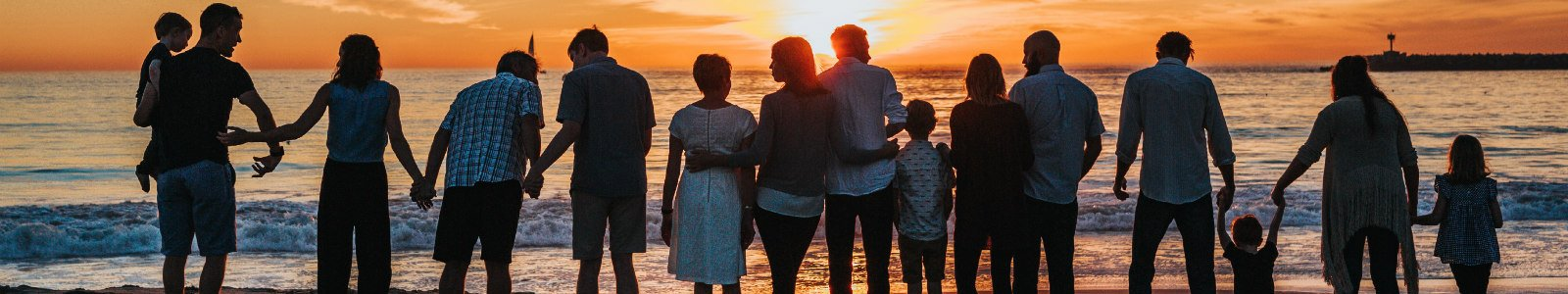 Familie op het strand, foto: Tyler Nix, via Unsplash