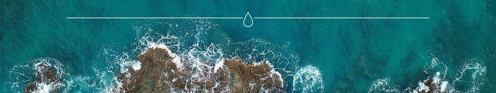 Zee en kust met golven