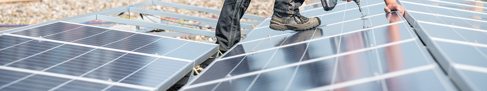 De installatie van zonnepanelen op het dak van een gebouw van de Universiteit Utrecht.