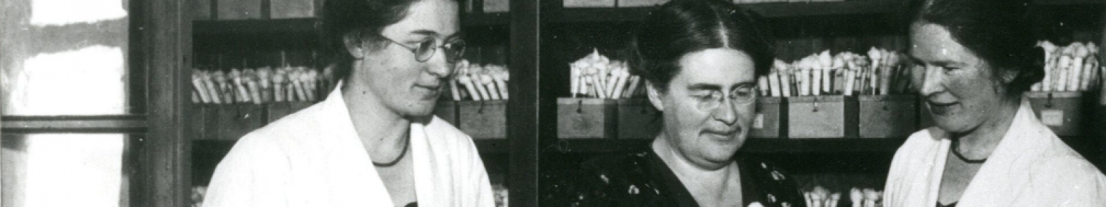 Johanna Westerdijk en twee andere vrouwelijke onderzoekers in het lab