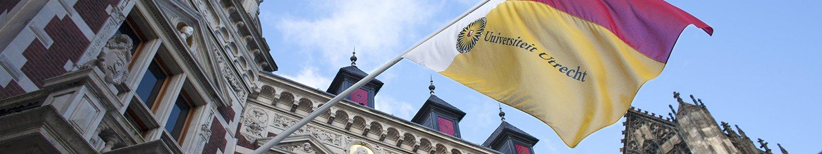 Universiteitsvlag wappert bij Academiegebouw Universiteit Utrecht