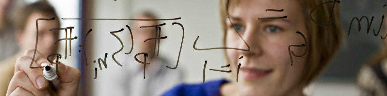 Meisje schrijft op bord