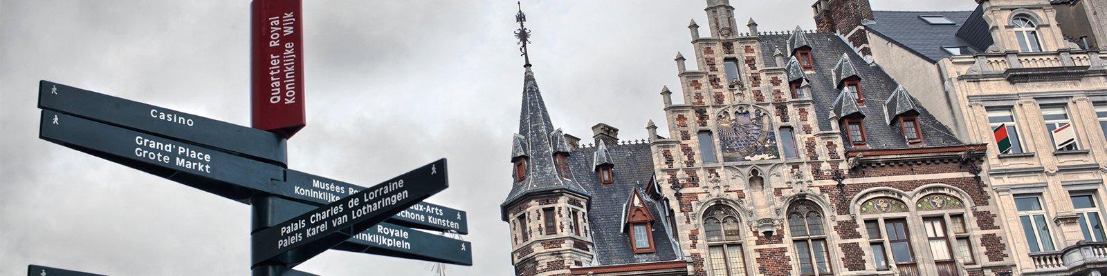 Tweetalige wegwijzer in het centrum van Brussel © iStockphoto.com/artJazz