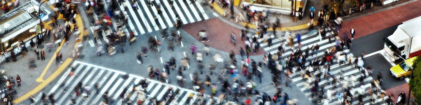 Shibuya crossing met veel voetgangers op het kruispunt in Tokyo.