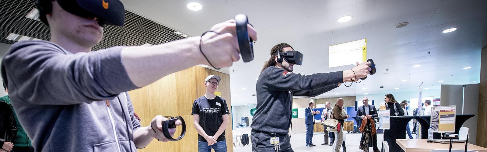 Bezoekers gebruiken virtual reality-apparatuur tijdens de Data Science Day 2017.