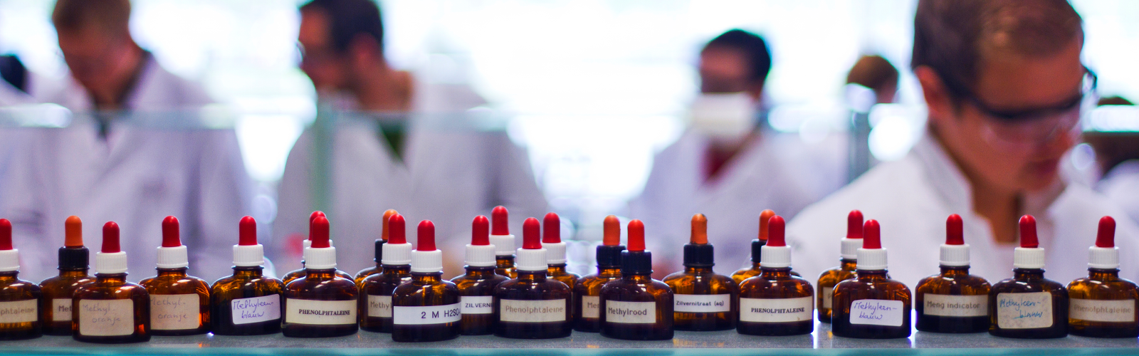 Studenten scheikunde krijgen onderwijs in het laboratorium.
