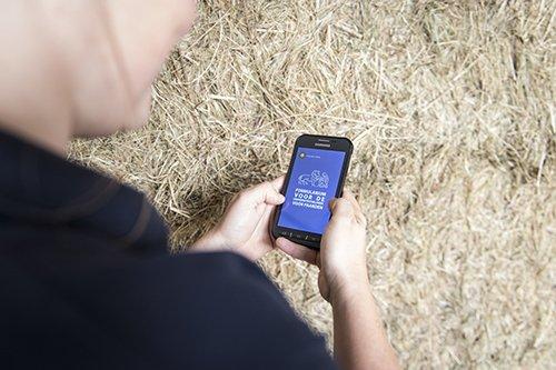 Dierenarts bekijkt formularium-app op smartphone
