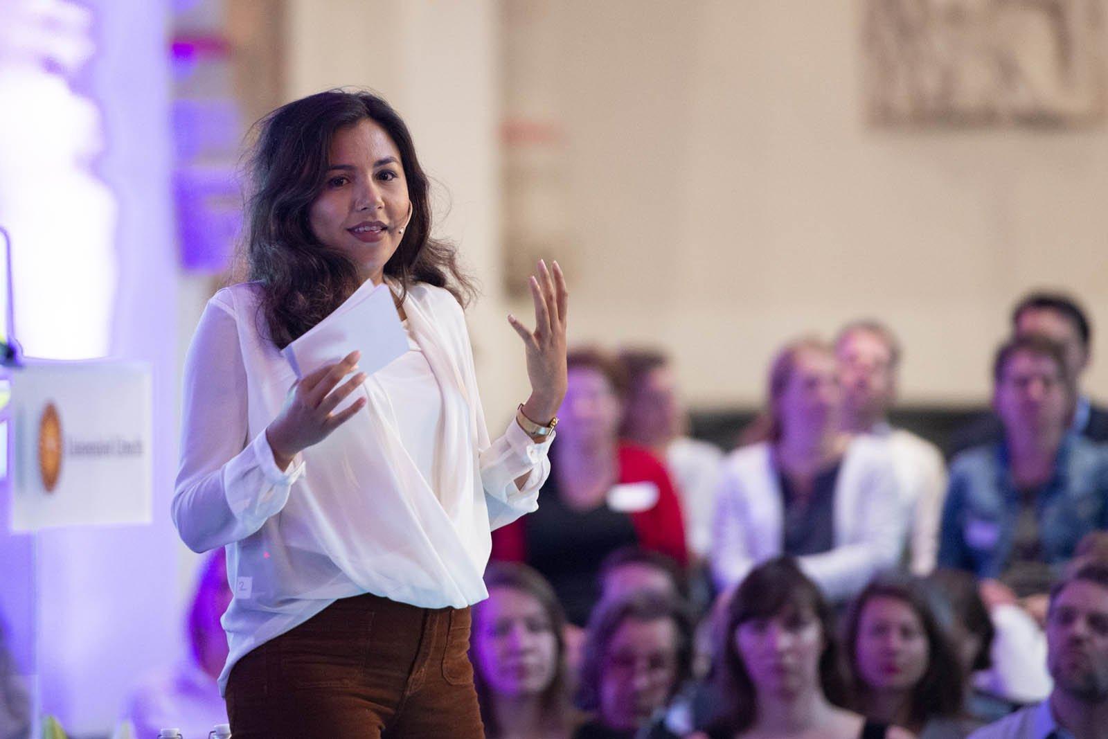 Presentator Talitha Muusse tijdens het Social Entrepreneurship Festival 2018