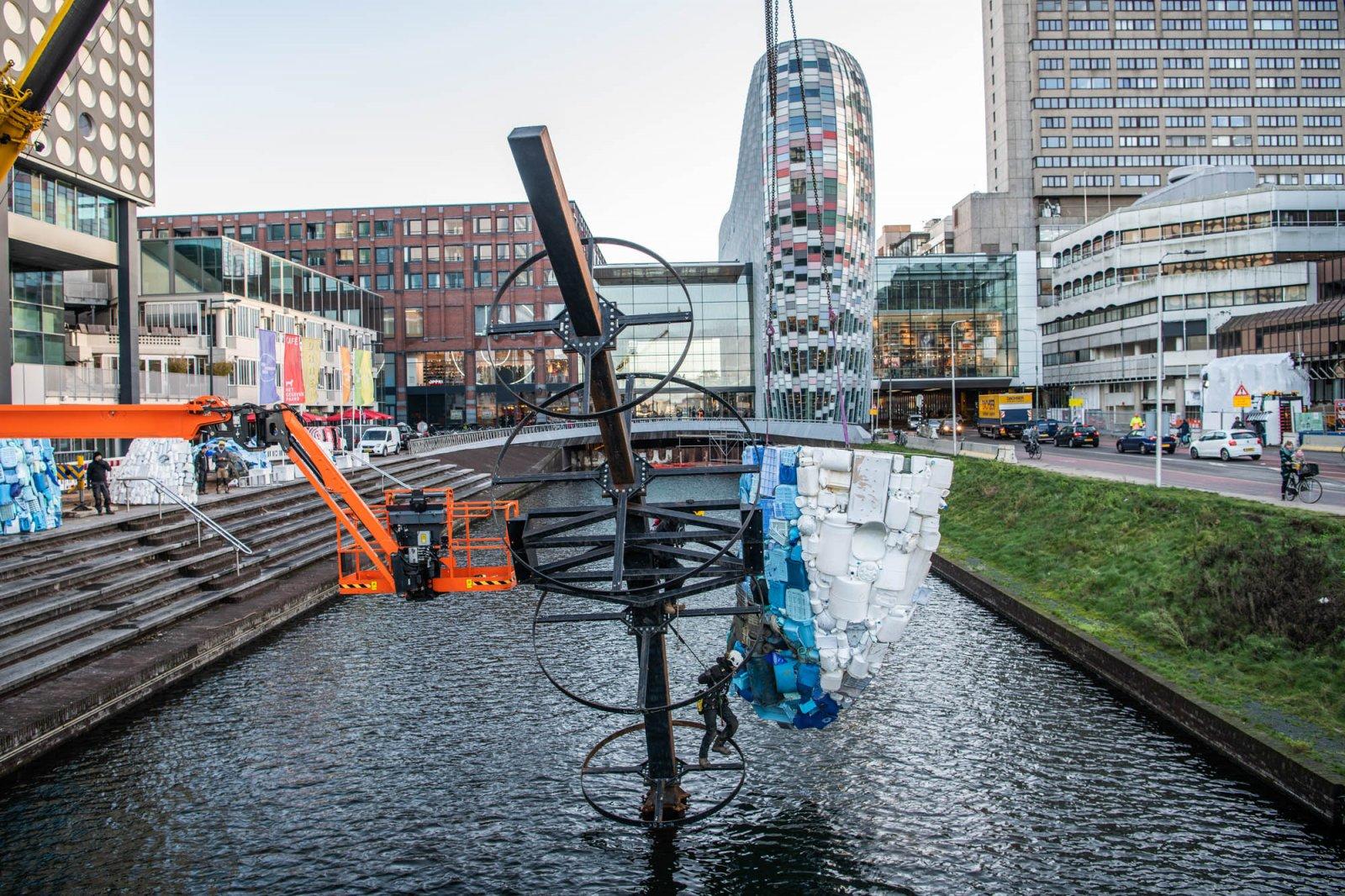 Plastic Walvis duikt op in Utrecht, foto: Robert Oosterbroek