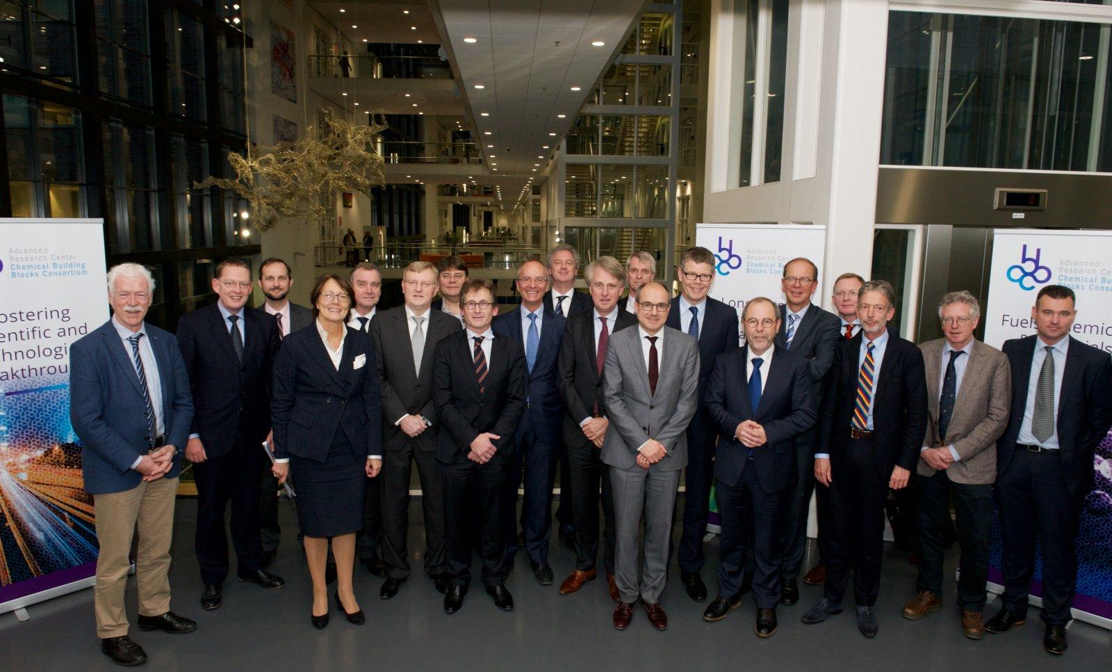 Vertegenwoordigers van overheid, bedrijfsleven en universiteiten bij de lancering van het ARC CBBC