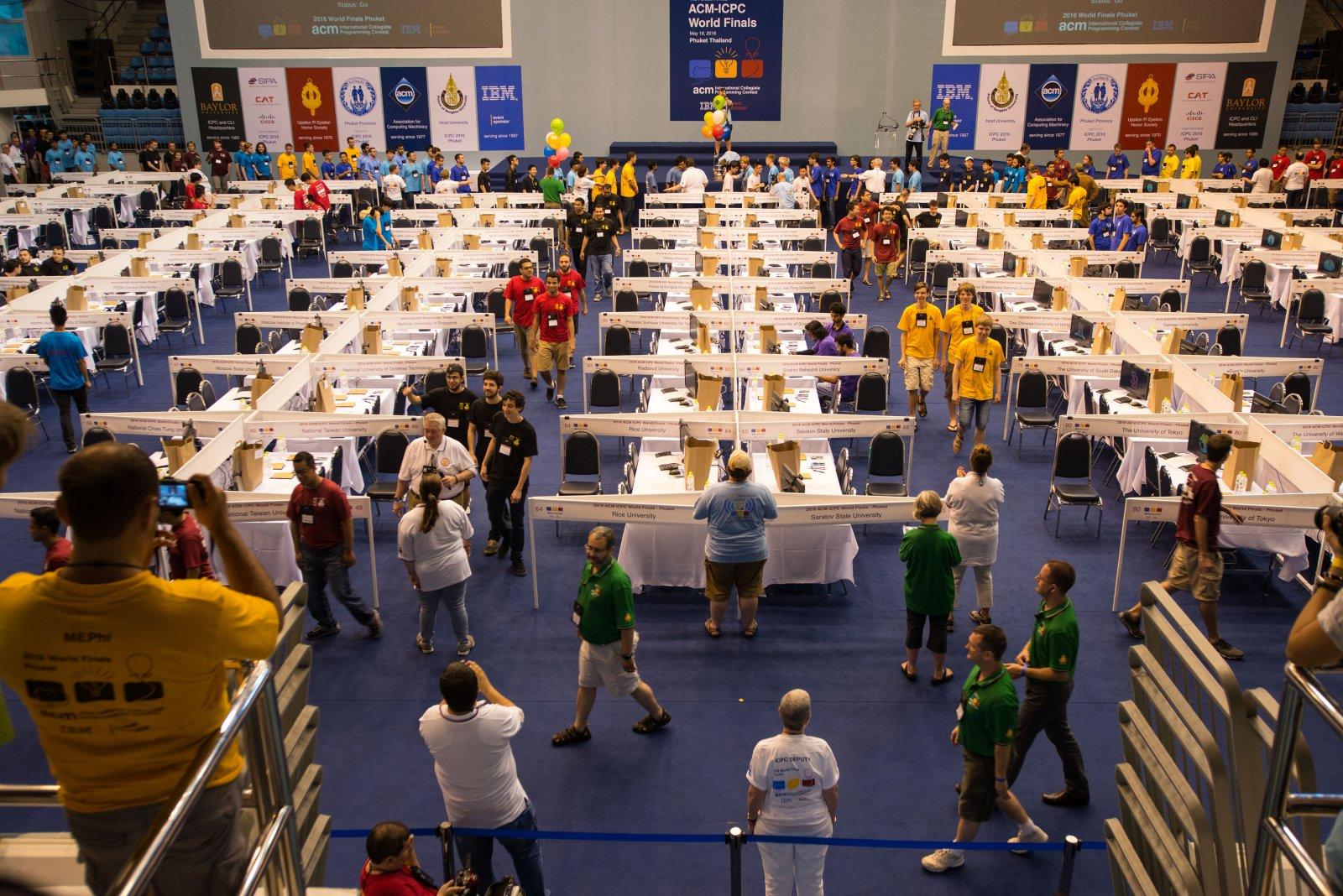 Harry, Ragnar en Timon (rechts op de foto, met gele shirts) lopen door de zaal waar de finale plaatsvond. (Foto: Randy Piland)