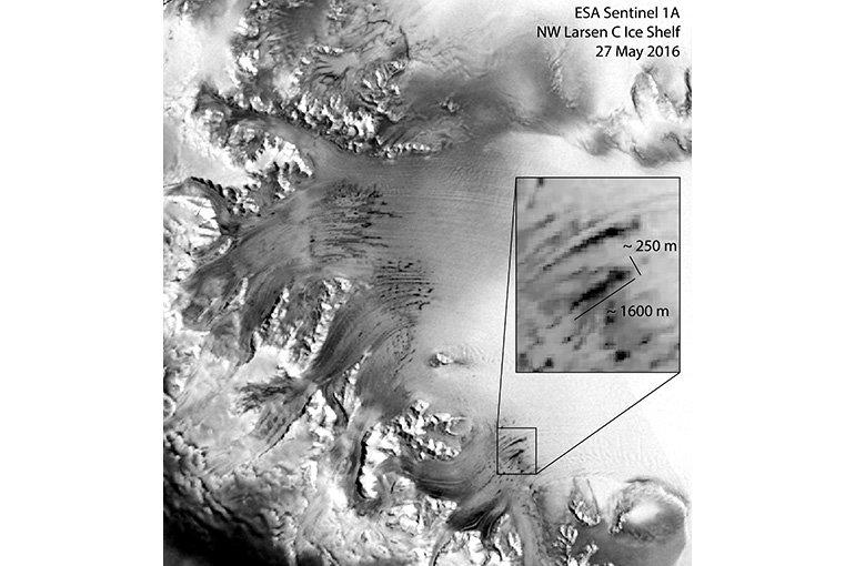 De satellietfoto van 27 mei 2016 toont parallelle winterse smeltmeren op de Larsen C ijsplaat. (© ESA)