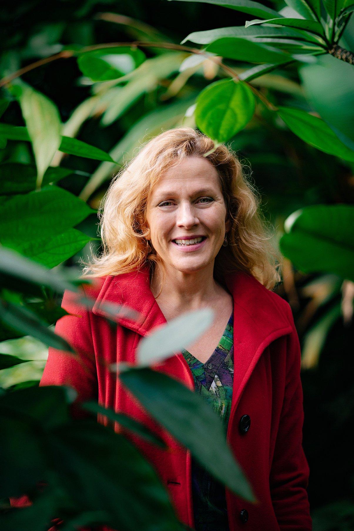Juliette Legler tussen de groene planten in de botanische tuin op het Science Park in Utrecht