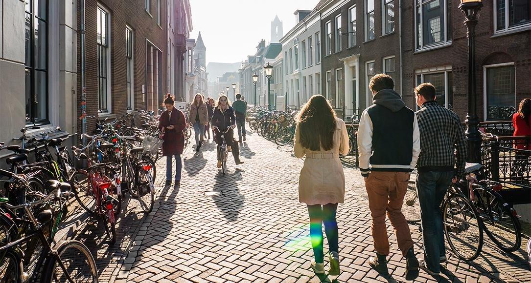 Studenten lopen over de Drift