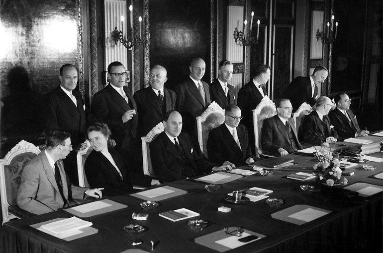 Eerste zitting van het nieuwe Kabinet-Drees III in 1956. Willem Drees zittende 3e van links. Bron: Wikimedia/Spaarnestad photo/NA/Anefo