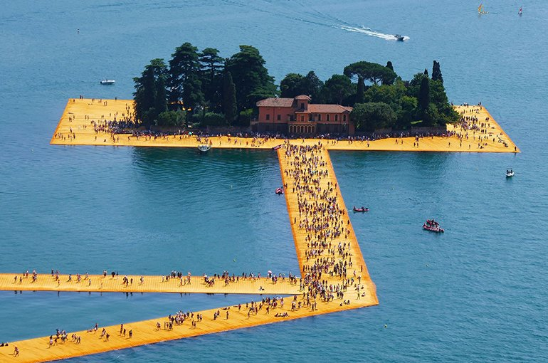 The Floating Piers at the island of San Paolo, by Christo and Jeanne-Claude. Bron: Wikimedia/NewtonCourt