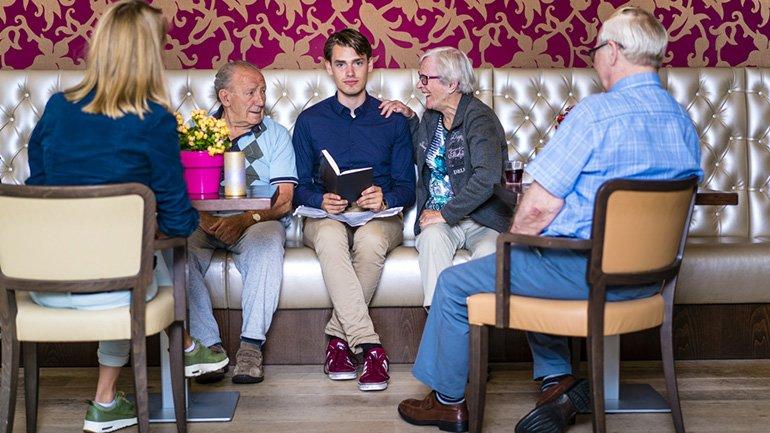 Antoine Steenkamer met ouderen
