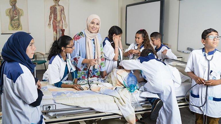 Maryam Lyousoufi geeft farmacie-les aan leerlingen van de IMC Weekendschool