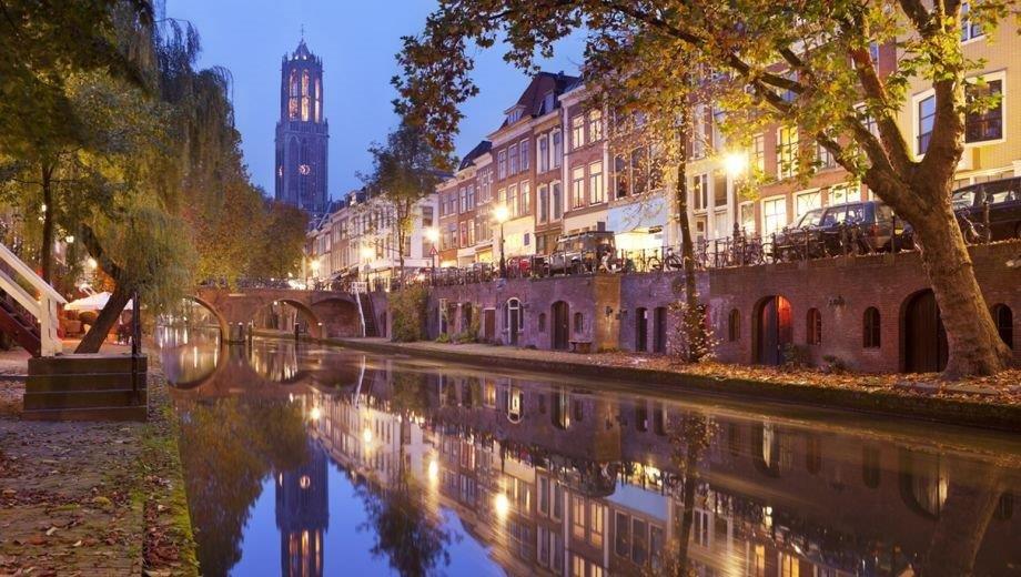 Utrecht Oudegracht Domtoren in de avond