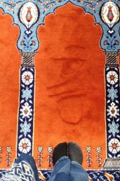 Allah's naam geschreven in het tapijt. Foto: Diotima Matthijsen