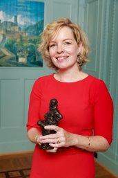 Prof. Beatrice de Graaf met het beeldje van de Stevinpremie