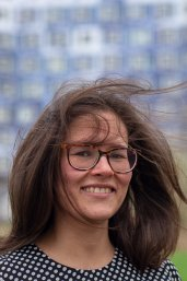 Portret Mariana Simoes with wind blowing in hair
