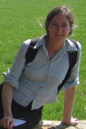 Rosalie Iemhoff zittend op grasveld