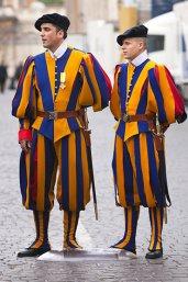 ©iStock.com/apomares Twee leden van de Zwitserse Garde