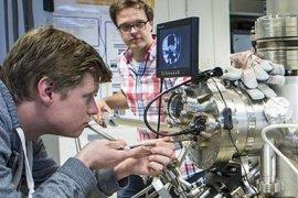 Ingmar Swart en collega in het lab