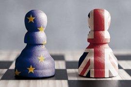 Pionnen met daarop de Europese en de Britse vlag op een schaakbord